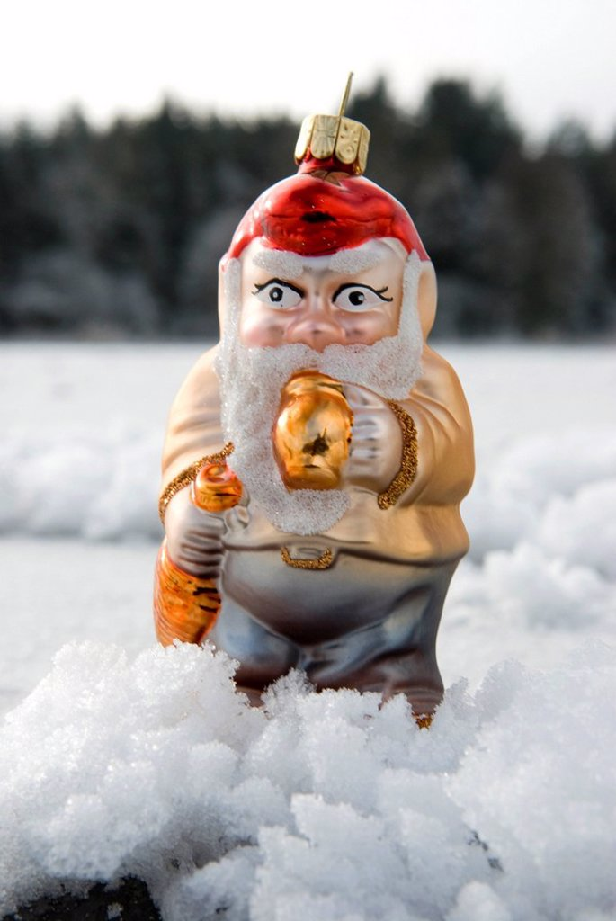Stock Photo: 1815R-53744 Christmans tree decorations, Garden gnome standing in snow, Close up