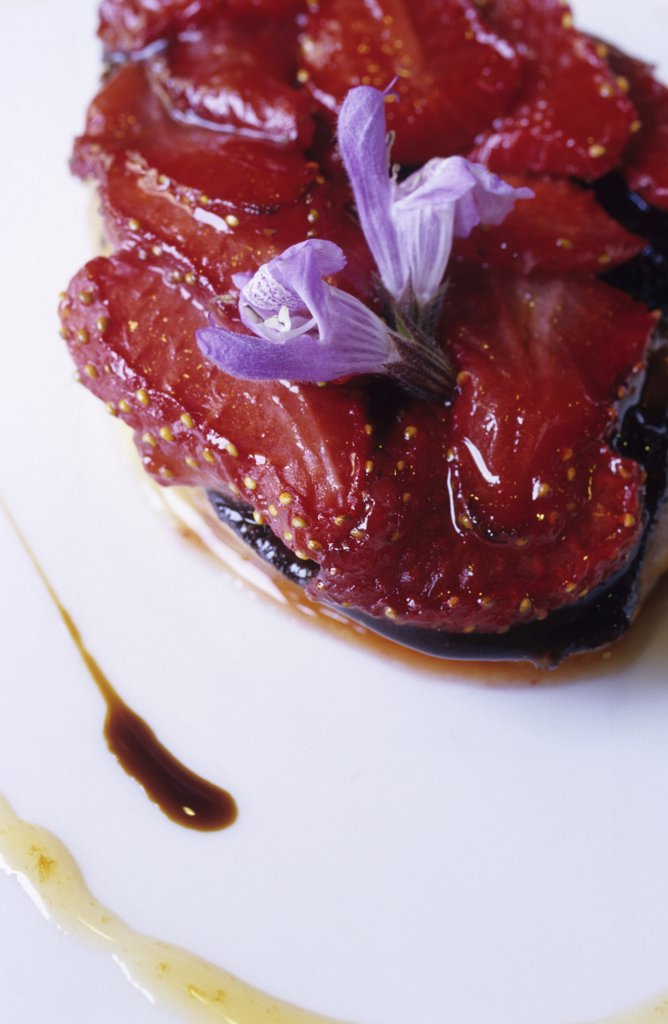 foie-gras con fresas y vinagre viejo, restaurant fonda xesc, gombren, catalonia, spain : Stock Photo