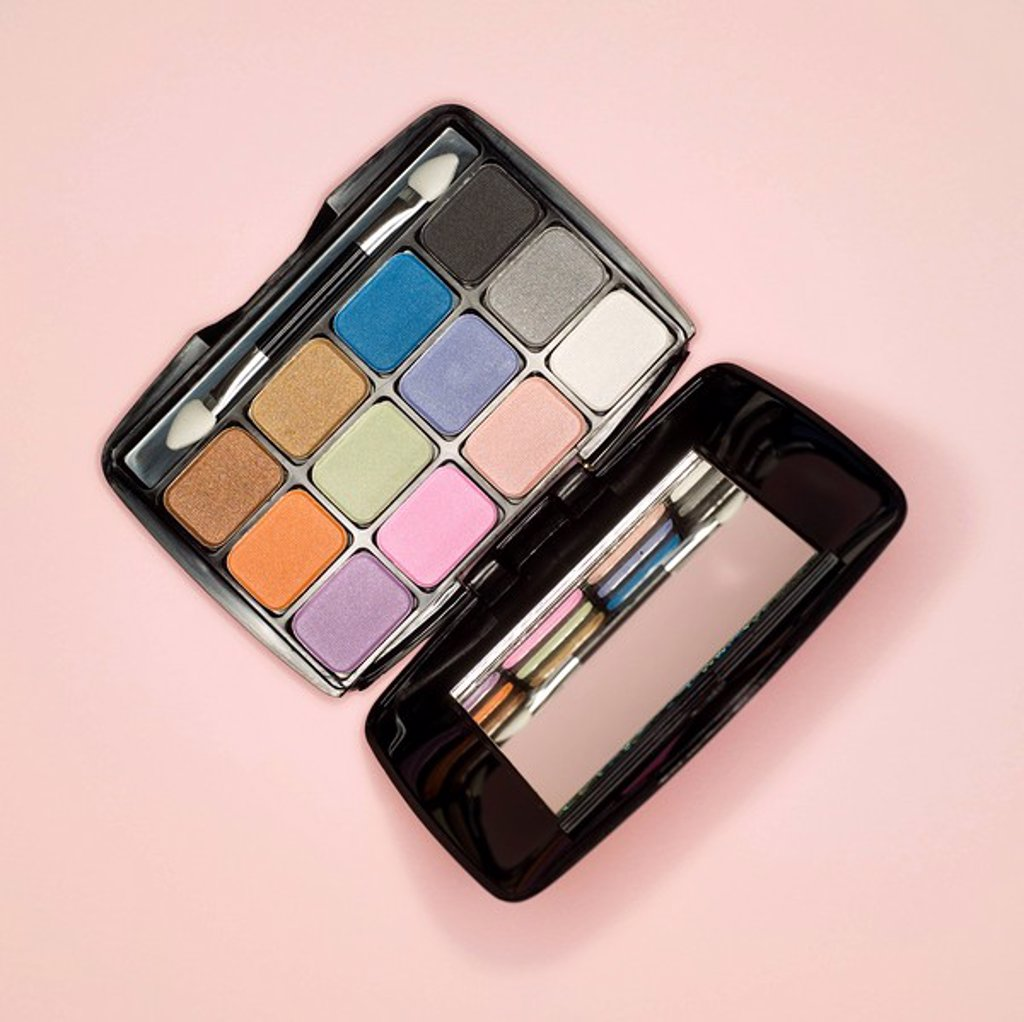 Stock Photo: 1815R-59108 Eye shadow compact and applicator, elevated view
