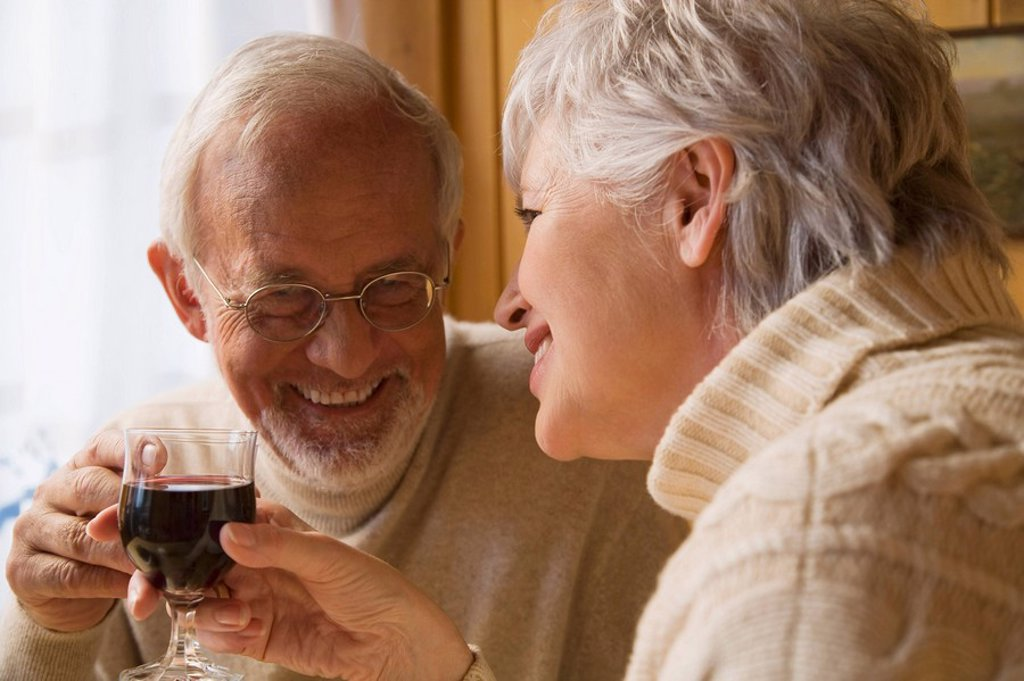 Senior couple holding wine glasses : Stock Photo