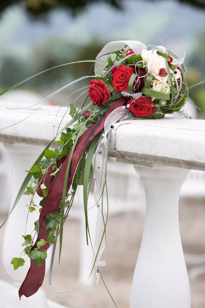 Decorated rose bouquet kept on railing : Stock Photo