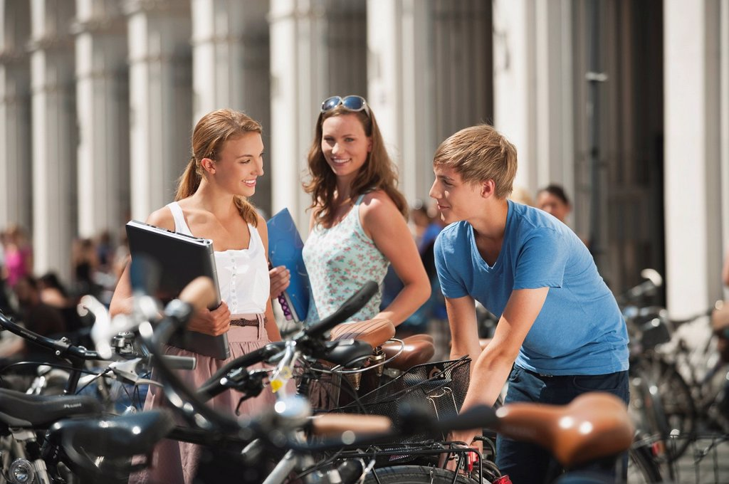 Stock Photo: 1815R-82225 Germany, Munich, Young man and young women in university