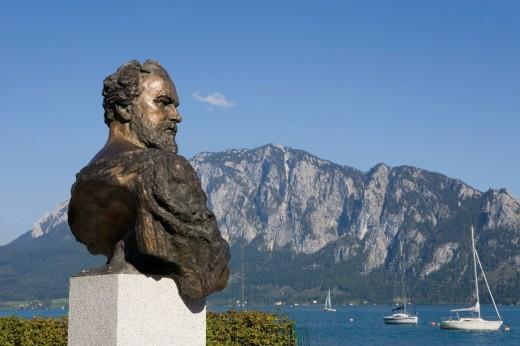 Austria, Salzkammergut, Unterach, Statue of gustav klimt with lake Attersee in background : Stock Photo