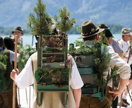 Stock Photo: 1815R-88209 Austria, Salzkammergut, Bad Goisem, Men in traditional costume and birdcage