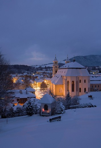 Austria, Salzkammergut, Mondsee, View of basilika heiliger michael church at dusk : Stock Photo