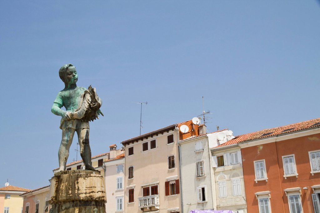 Stock Photo: 1815R-90659 Croatia, Istria, Rovinj, View of statue in front of buildings