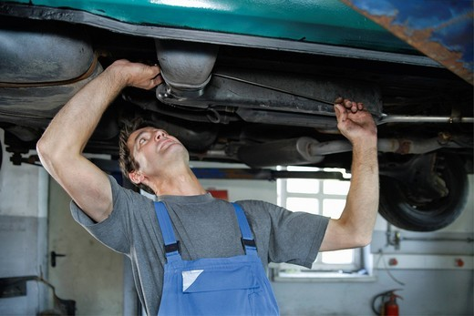 Stock Photo: 1815R-90884 Germany, Ebenhausen, Mechatronic technician working in car garage