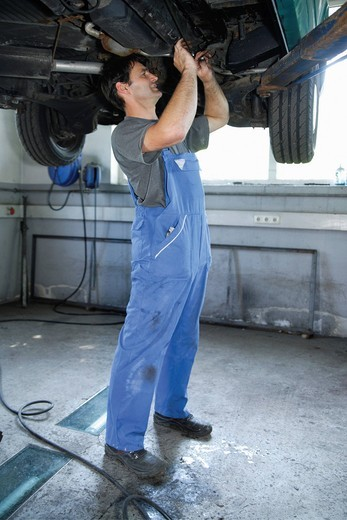 Stock Photo: 1815R-90886 Germany, Ebenhausen, Mechatronic technician working in car garage