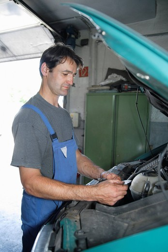 Stock Photo: 1815R-90894 Germany, Ebenhausen, Mechatronic technician working in car garage