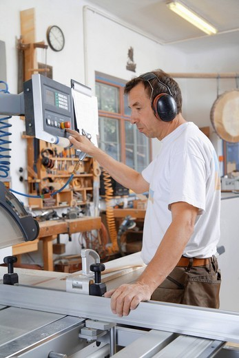 Stock Photo: 1815R-95848 Germany, Upper Bavaria, Schaeftlarn, Carpenter working on sawing machine
