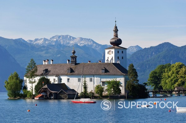 Stock Photo: 1815R-97131 Austria, Gmunden,View of Ort castle and Traunsee Lake