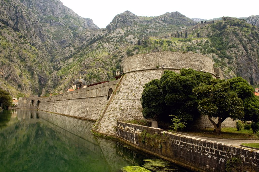 Fort at the lakeside, Kotor, Montenegro : Stock Photo