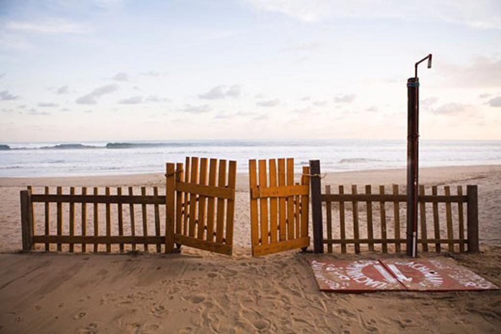 Stock Photo: 1828R-33188 Fence on Beach