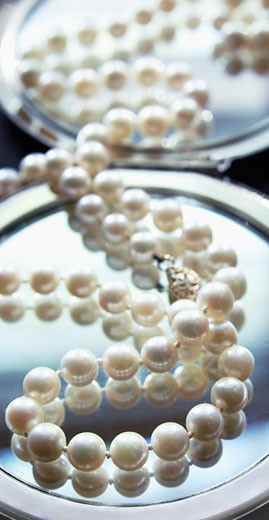 Stock Photo: 1828R-46657 String of Pearls on Compact Mirror