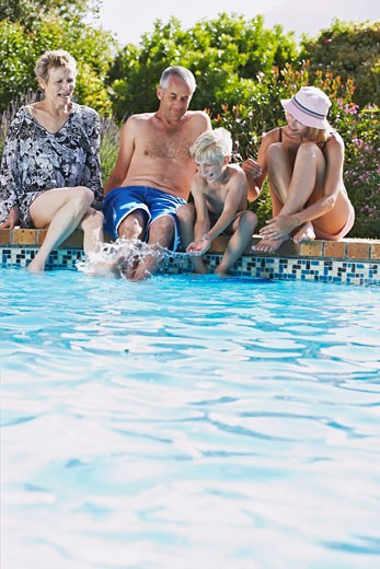 Stock Photo: 1828R-51640 Family by Pool