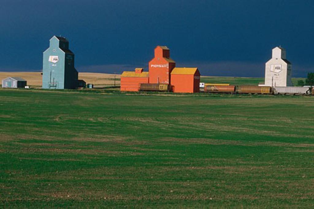 Stock Photo: 1828R-7086 Grain Elevators, Milo, Alberta, Canada