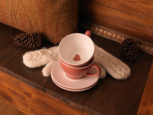 Stock Photo: 1828R-79305 Cups and Saucers, Mittens, and Pine Cones on Bench