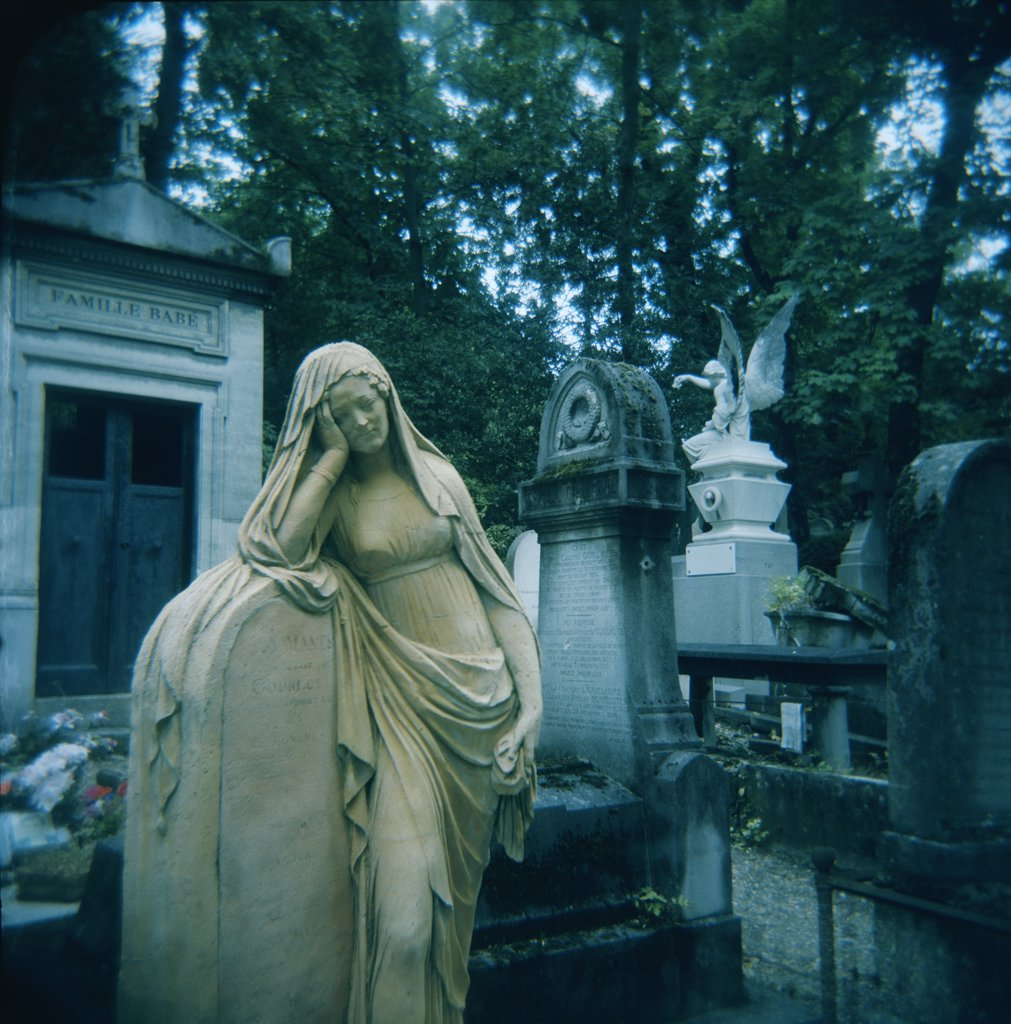 Stock Photo: 1838-10663 Statues in Cemetery, Paris, France