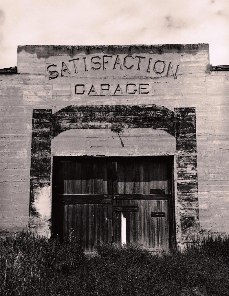 Old Satisfaction Garage : Stock Photo