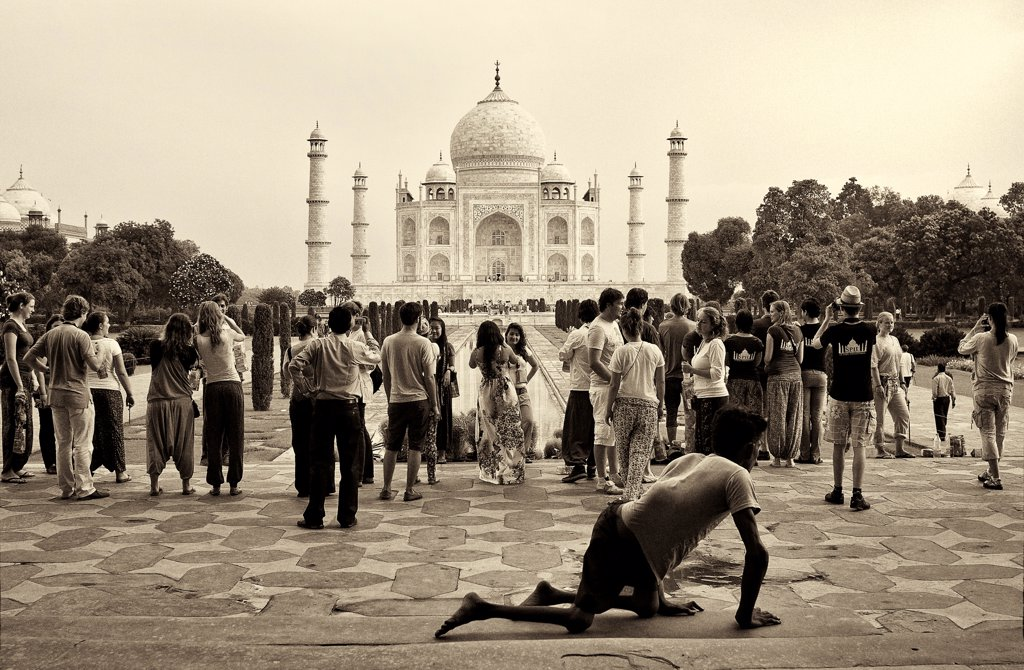 Stock Photo: 1838-14455 Tourists With Taj Mahal in Background, Agra, India