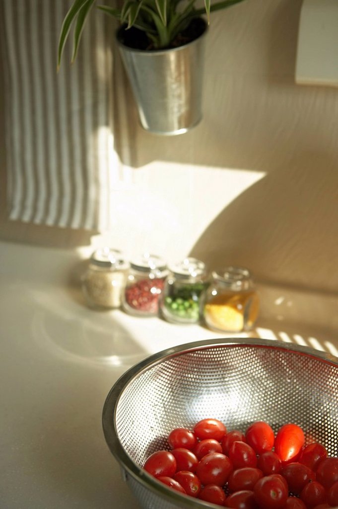Stock Photo: 1839R-1001 Bowl Of Tomatoes On The Kitchen Counter