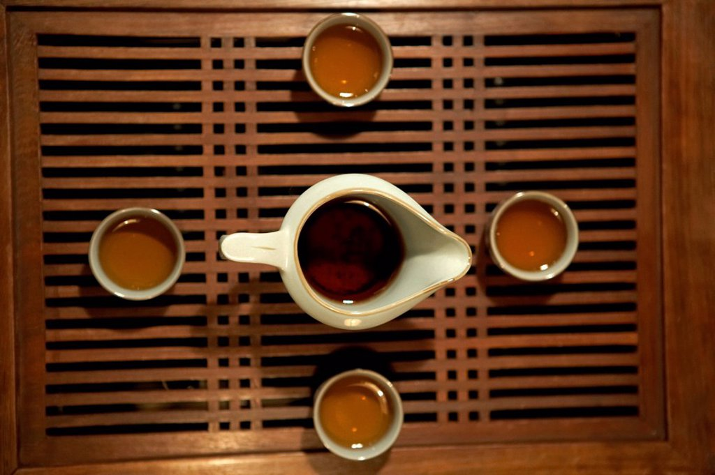 View Of Four Tea Cups And A Teapot From Directly Above : Stock Photo