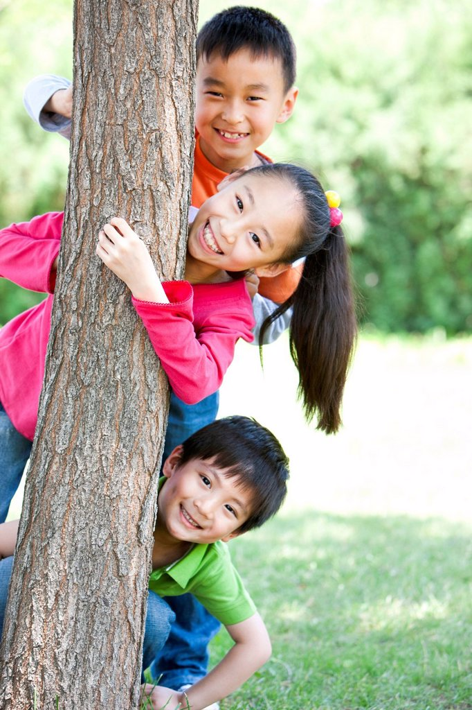 Stock Photo: 1839R-19714 Portrait of children playing under a tree