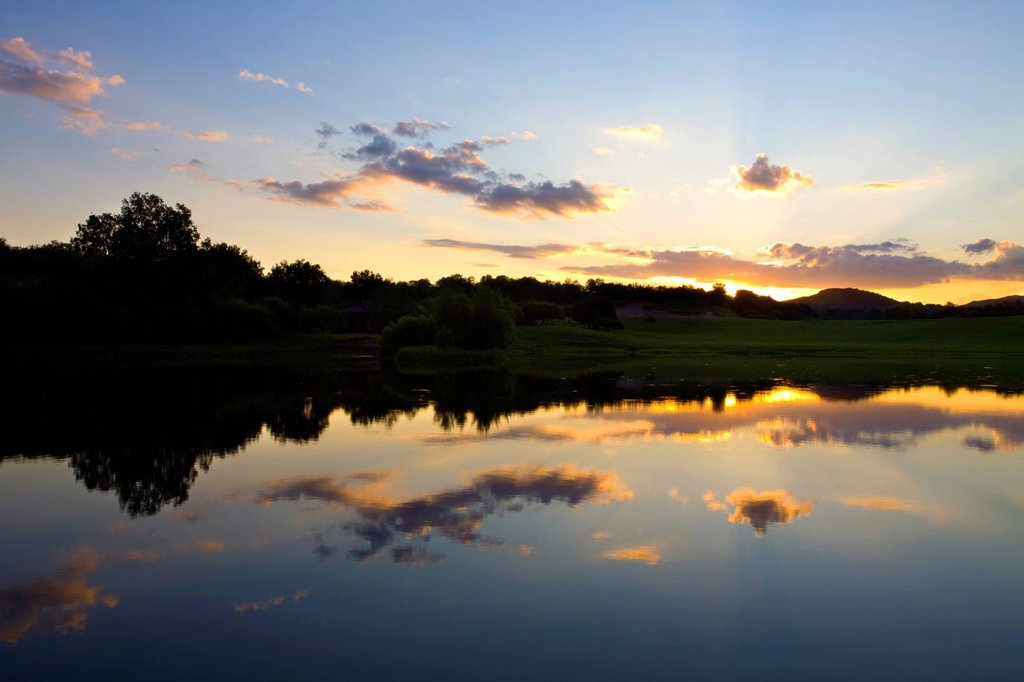 Stock Photo: 1839R-22546 Sun rising over a small lake