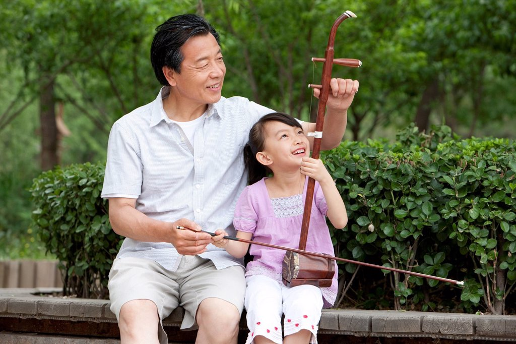Grandfather teaching Chinese traditional musical instrument Erhu : Stock Photo