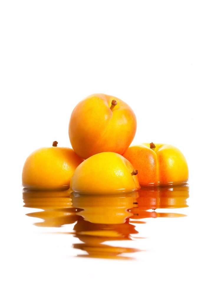 Stock Photo: 1839R-27267 Apricots with reflection on rippling water surface