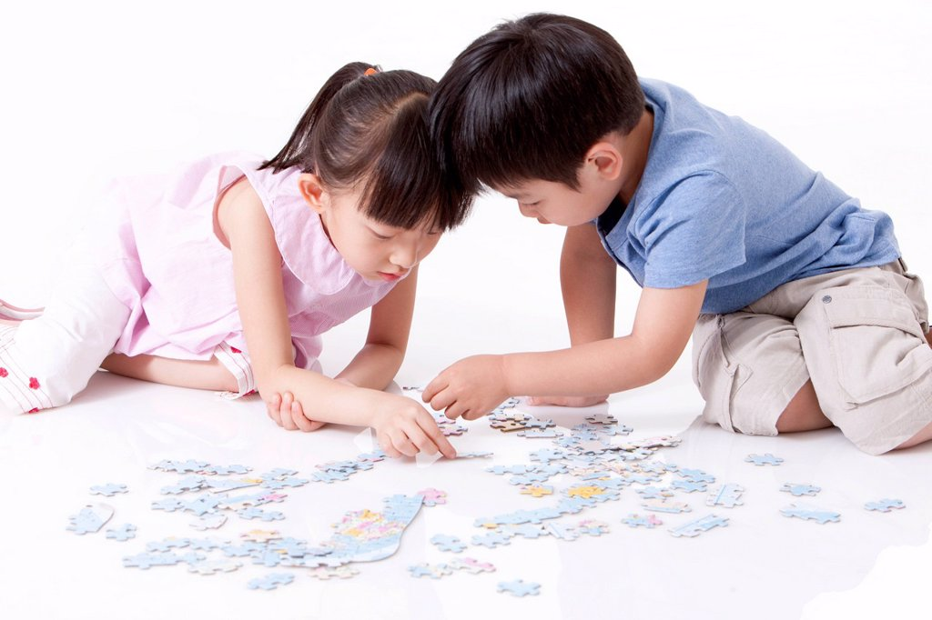 Girl playing jigsaw puzzles : Stock Photo