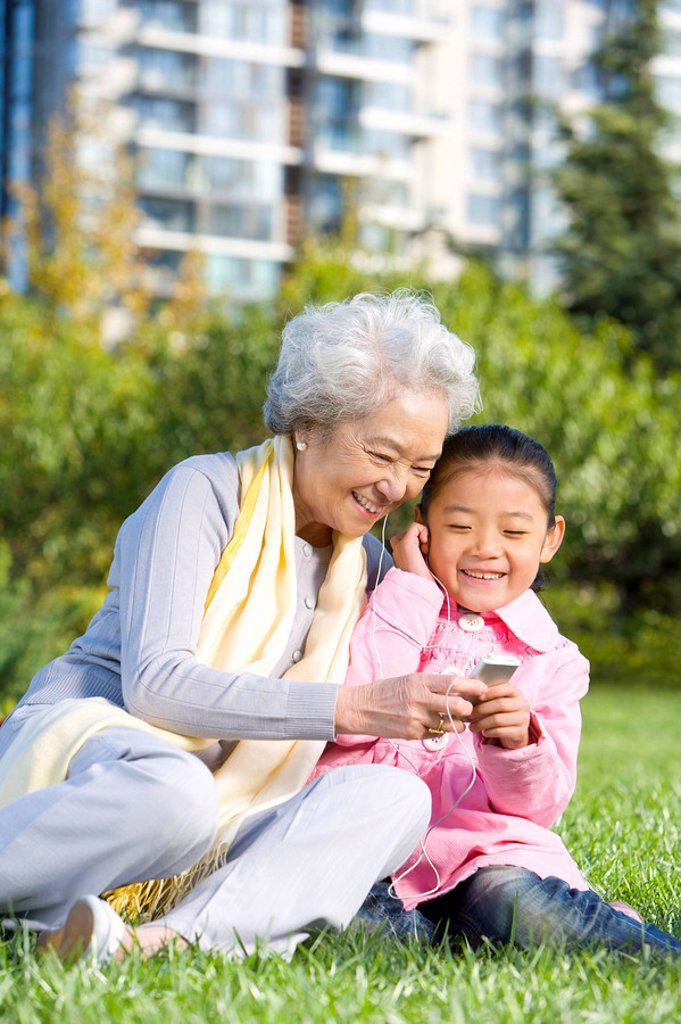 A grandmother and granddaughter share a special moment : Stock Photo