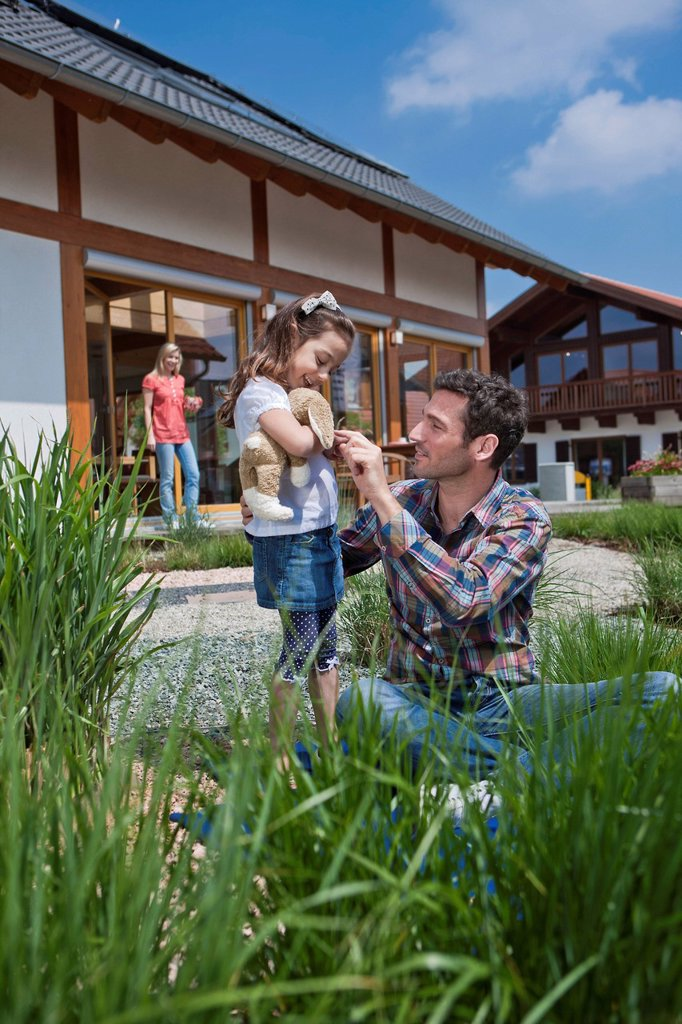Stock Photo: 1841-121575 Family in front of Lehner energy house, Poing, Bavaria, Germany, Europe
