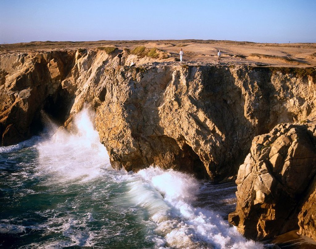 Sea waves breaking on cliffs, Cote Sauvage, Presqu´ile De Quiberon, France : Stock Photo