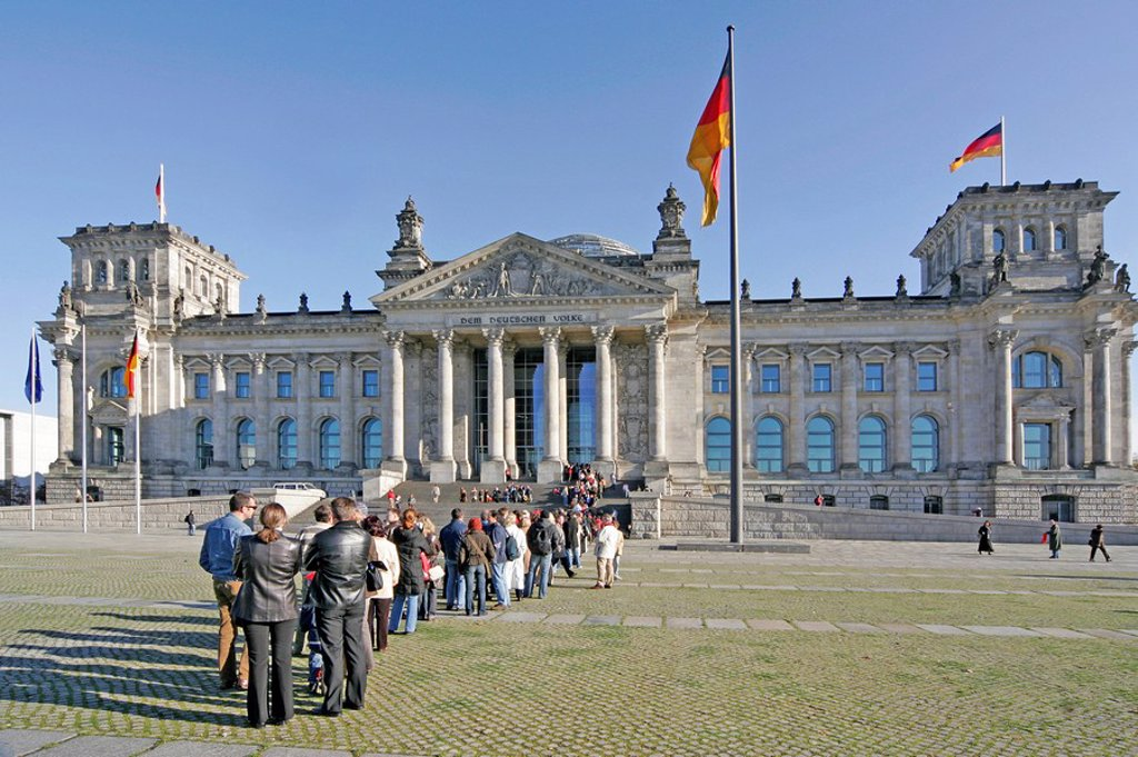 Stock Photo: 1841-31297 Line of people in front of the Reichstag building, Berlin, Germany