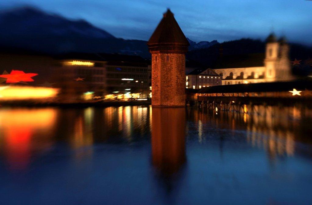 Weihnachtsstimmung am Abend an der Kapellbr¸cke und Jesuitenkirche St. Franz Xaver in Luzern : Stock Photo
