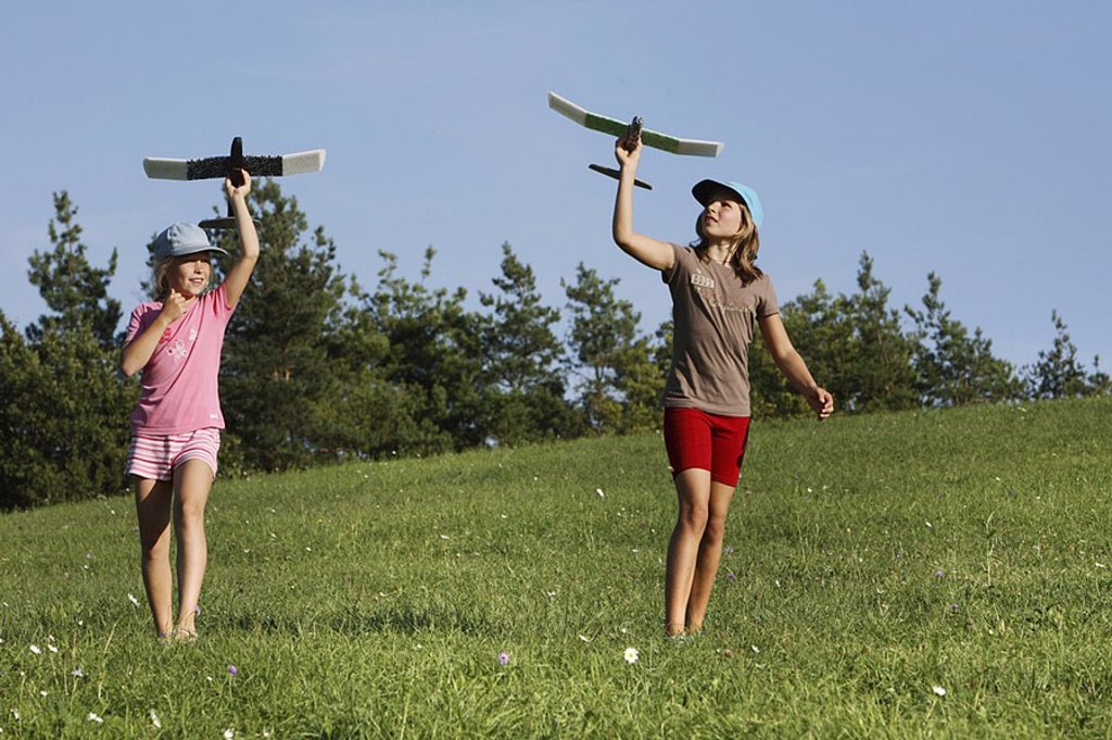 Stock Photo: 1841-37661 bohlhof childhood competition families fly Germany girls force of gravity hobbies vacation vacations land learn leisure time model aeroplane nature airplane play glider sport start fling throw toy became Germany Bohlhof