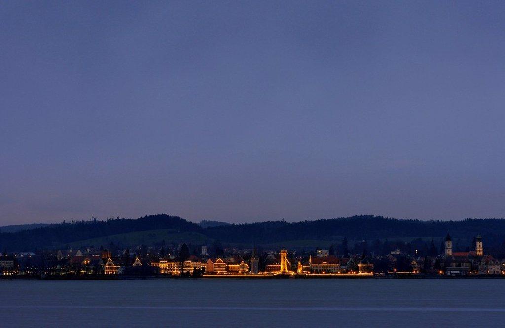 Europa, Deutschland, Bayern, Blick von Hard auf Lindau mit Weihnachtsbeleuchtung : Stock Photo