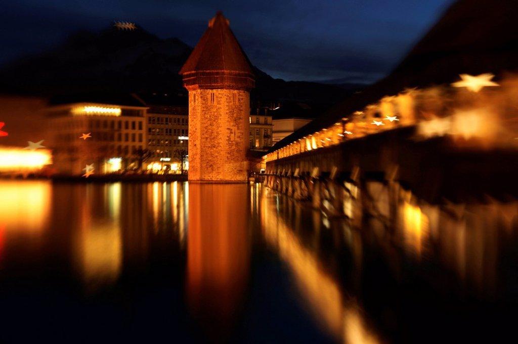 Stock Photo: 1841-49604 Weihnachtsstimmung am Abend an der Kapellbr¸cke in Luzern