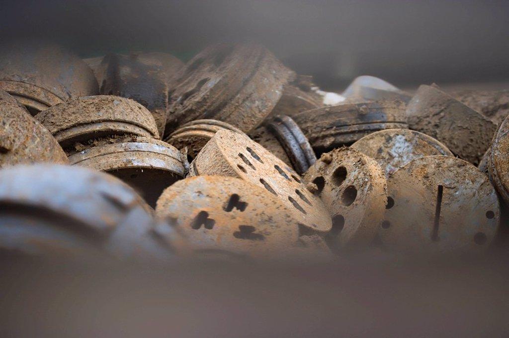 Blick durch einen Zaunspalt auf einen Schrottplatz, Kˆln_Poll : Stock Photo