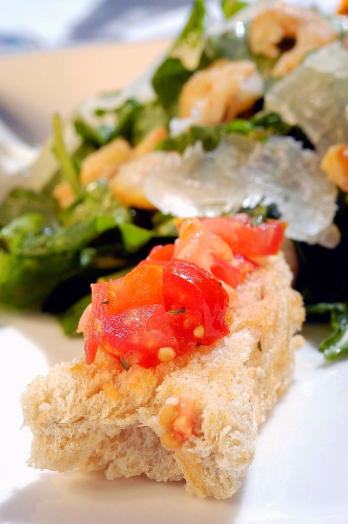 Close_up of tomato salad on crusty bread : Stock Photo