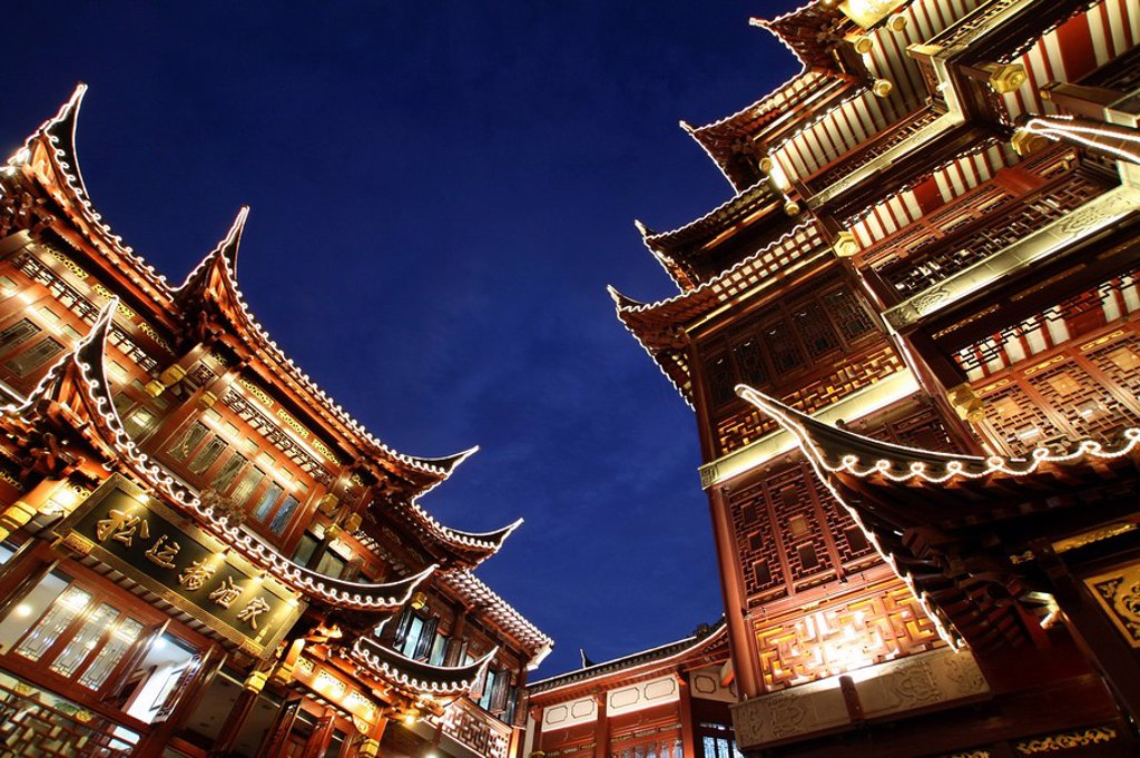 Stock Photo: 1841-6121 Low angle view of buildings lit up at night, Yuyuan Garden Bazaar, Shanghai, China