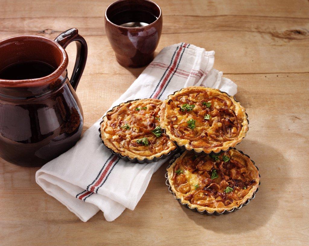 Stock Photo: 1841-78463 Three franconian onion tart