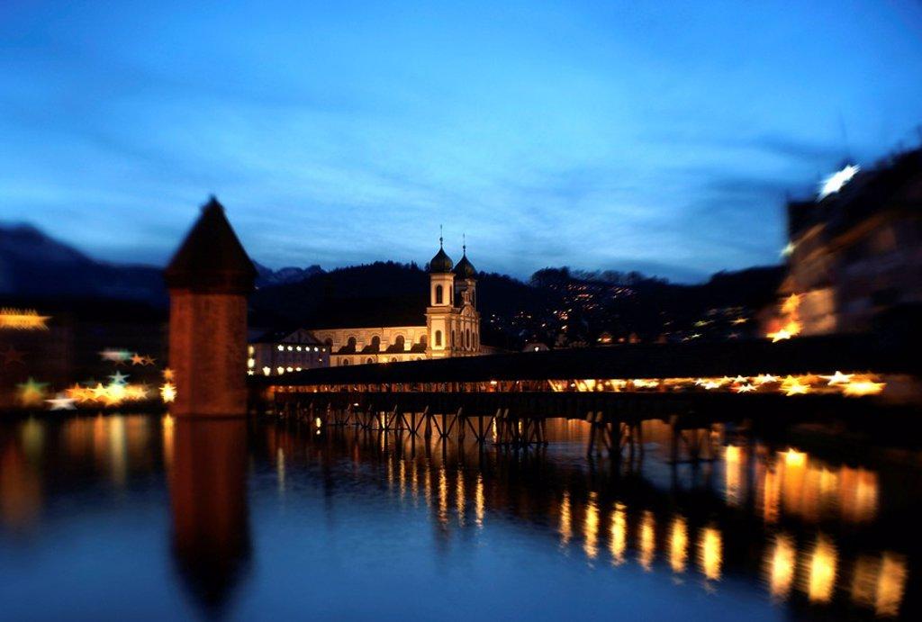 Stock Photo: 1841-9895 Weihnachtsstimmung am Abend an der Kapellbr¸cke und Jesuitenkirche St. Franz Xaver in Luzern