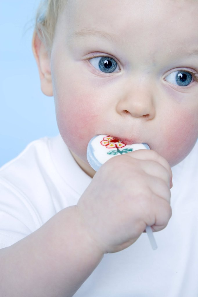 Stock Photo: 1841R-104149 baby eating lollypop