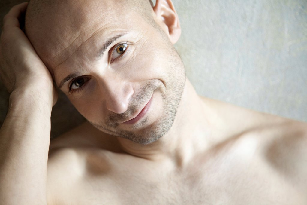 Stock Photo: 1841R-125083 Barechested man with designer stubbles, portrait