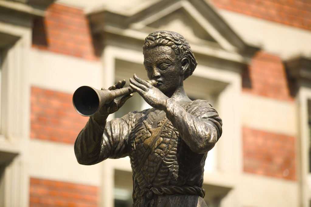 Close-up of statue of man playing trumpet : Stock Photo