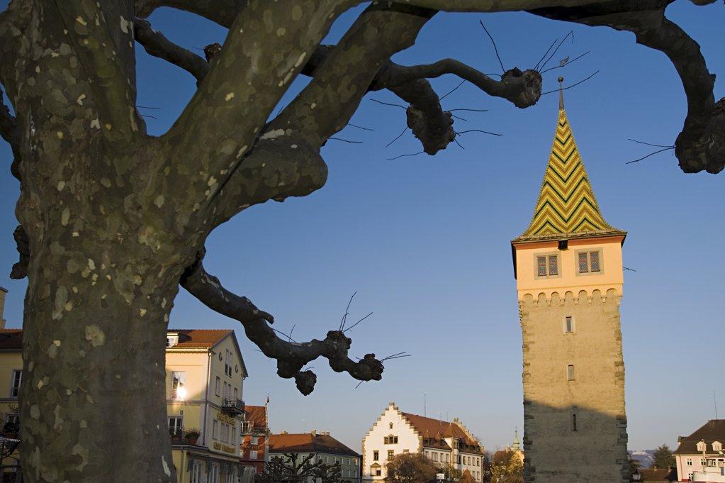Der Mangturm in Lindau wurde um das Jahr 1200 erbaut. Als Endpunkt der Stadtmauer war dieser Turm nur durch eine Br¸cke zug‰nglich. Das Foto zeigt ihn im Winter bei Sonnenuntergang. : Stock Photo