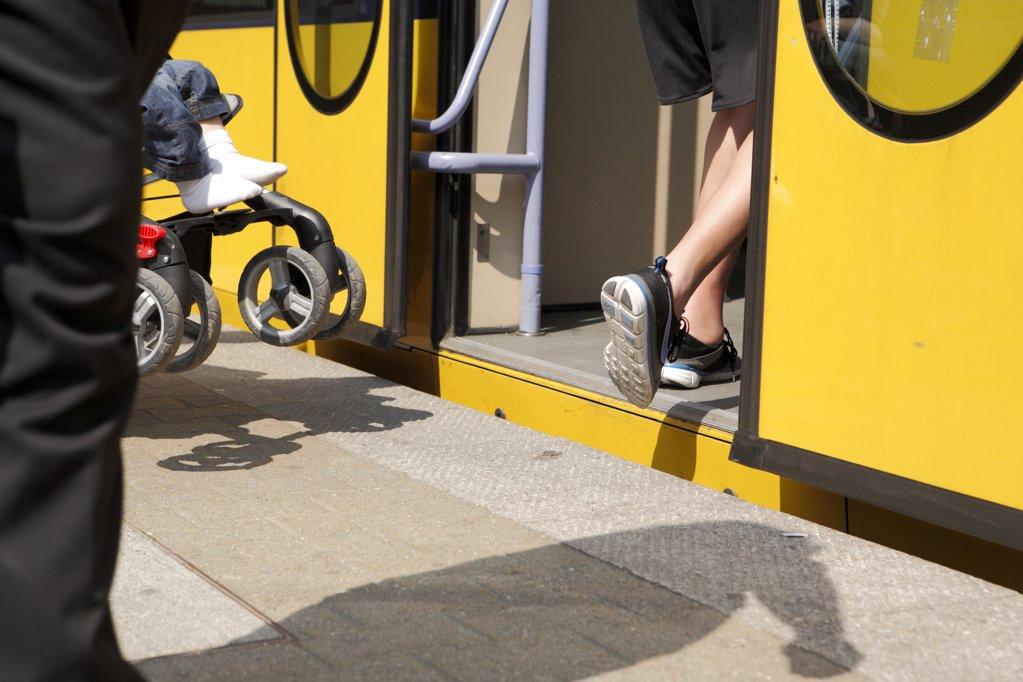 Eine gelbe U-Bahn in die Menschen einsteigen mit Kinderwagen angeschnitten : Stock Photo