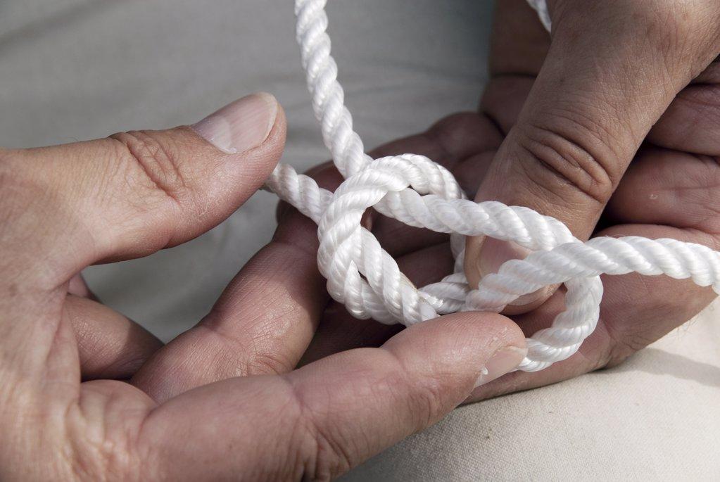 H‰nde halten einen Palstek Knoten : Stock Photo